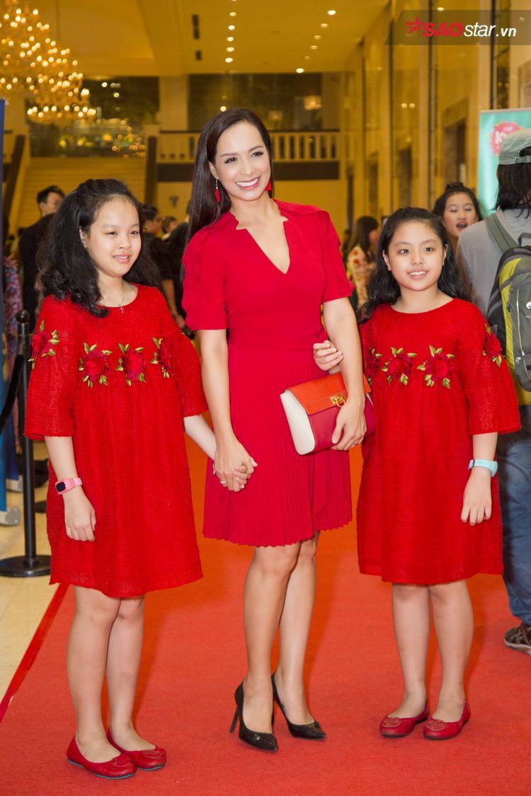 Cựu người mẫu Thúy Hạnh đến sự kiện cùng con gái của mình, cả gia đình siêu mẫu đều chọn đầm đỏ rực rỡ, khiến người đối diện không thể rời mắt.