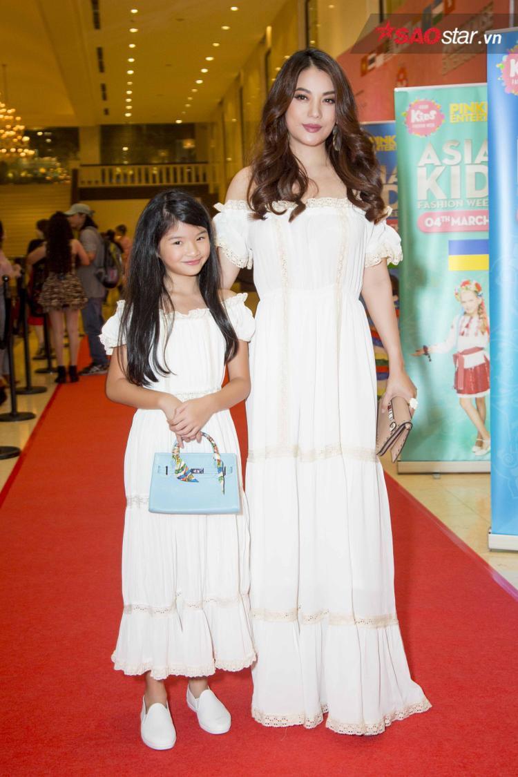 Tham dự sự kiện Asian Kids Fashion Week còn có Trương Ngọc Ánh và con gái. Cả hai mẹ con đều diện đầm trắng trễ vai giống nhau, khiến khán giả không ngớt thích thú.