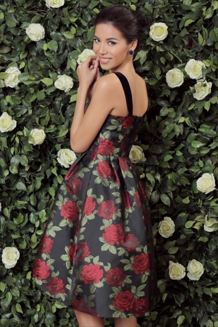 Với shoot hình này, Minh Tú dường như còn nổi bật hơn những bông hoa hồng. Chiếc váy hai dây đơn giản nhưng không kém phần nổi bật cùng nụ cười rạng rỡ của siêu mẫu.