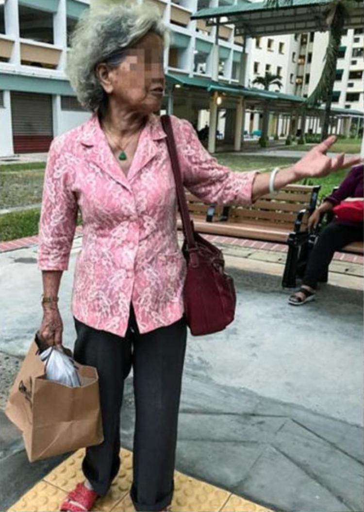 Cụ bà 70 tuổi tới đưa cơm cho con gái góa chồng.