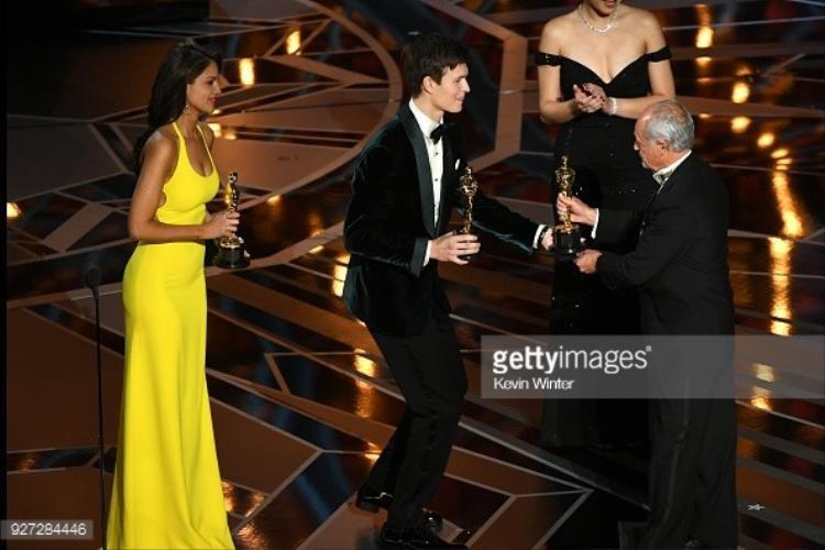 Richard King nhận giải thưởng từ 2 diễn viên trẻ.