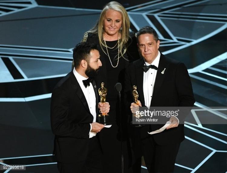 """Nhà làm phim Adrian Molina, Darla K. Anderson và Lee Unkrich nhận giải thưởng Phim hoạt hình xuất sắc nhất dành cho """"Coco""""."""