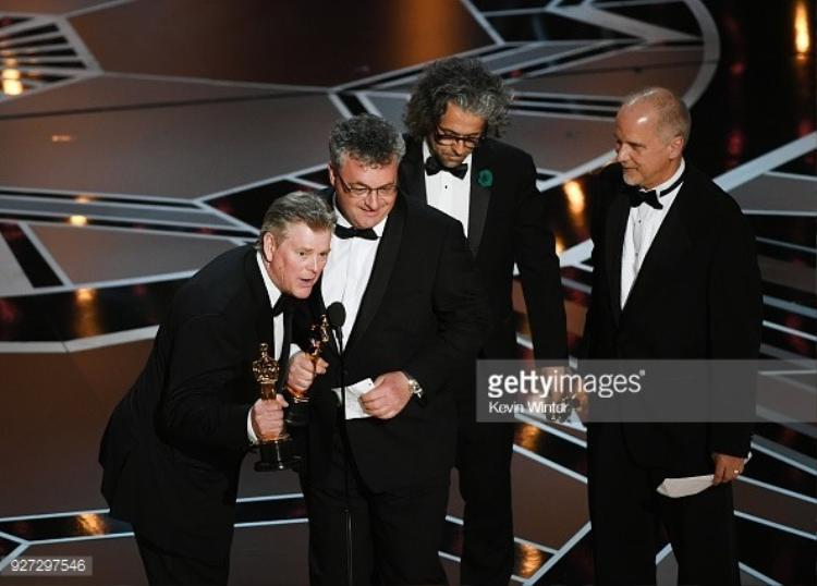 """Những người thực hiện kỹ xảo đồ họa cho phim """"Blade Runner: 2049"""": Richard R. Hoover, Gerd Nefzer, Paul Lambert, và John Nelson lên nhận giải thưởng."""