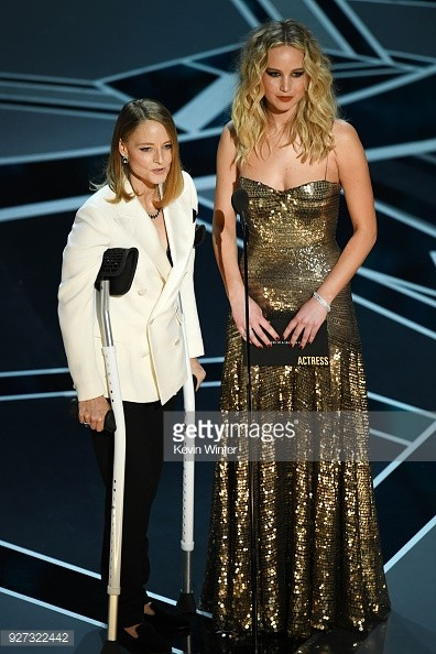 Jodie Foster (trái) and Jennifer Lawrence công bố kết quả.