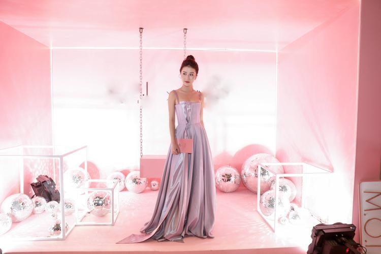 Quỳnh Anh Shyn chọn thiết kế tông màu bạc ánh kim khoe bờ vai trần quyến rũ.