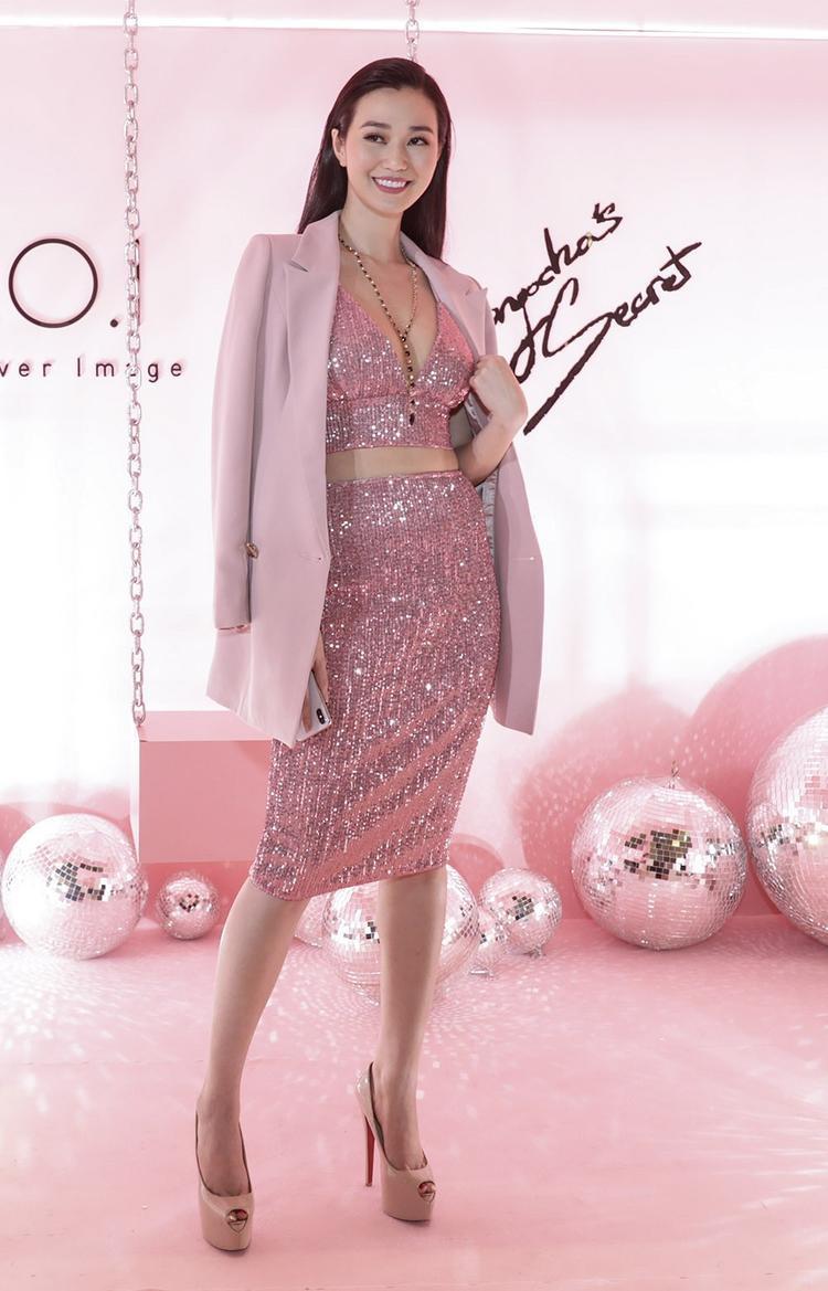 Nữ diễn viên Khánh My gợi cảm trong thiết kế xẻ ngực kết hợp chân váy.
