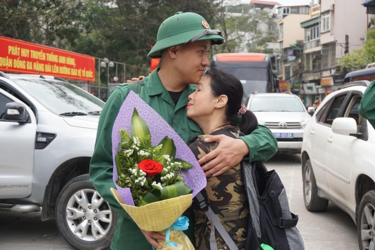 Tân binh Mai Tùng Linh, trú tại phường Kim Liên, quận Đống Đa ôm chặt mẹ vào lòng. Đây cũng là lần đầu tiên Linh phải xa nhà nhiều ngày nên mẹ con vô cùng quyến luyến.