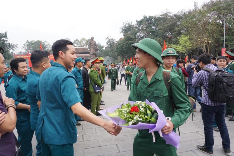 Nhiều người bắt tay, chúc các tân binh yên tâm công tác tốt.