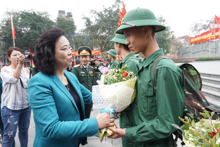 Bà Ngô Thị Thanh Hằng, Phó Bí thư Thường trực Thành ủy Hà Nội tặng hoa cho các tân binh lên đường nhập ngũ.