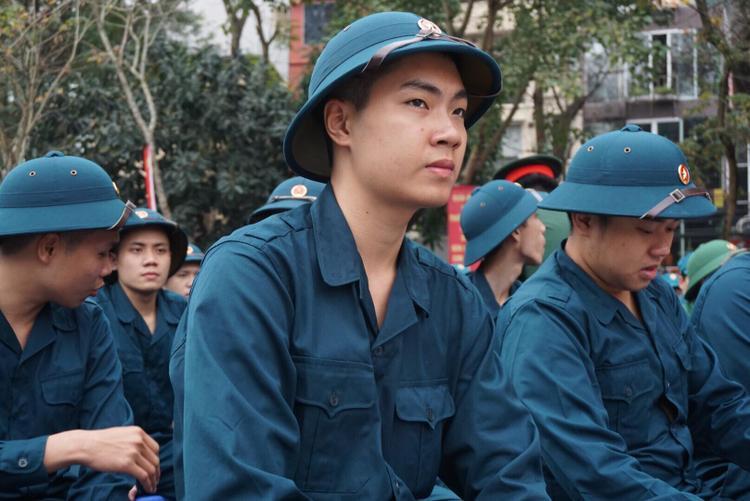 Nhiều tân binh háo hức có mặt sớm để sửa soạn lên đường.