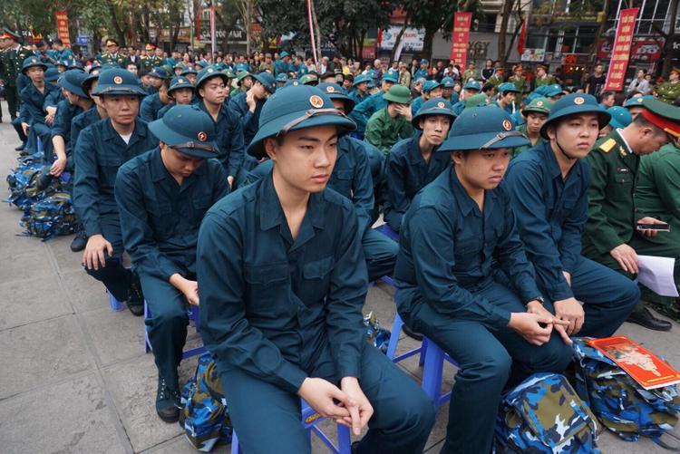 Sáng 5/3, tại Hà Nội diễn ra lễ giao nhận quân năm 2018. Đợt này, toàn thành phố có gần 3500 thanh niên nhập ngũ thực hiện nghĩa vụ quân sự, trong đó có gần 1200 thanh niên tình nguyện viết đơn.