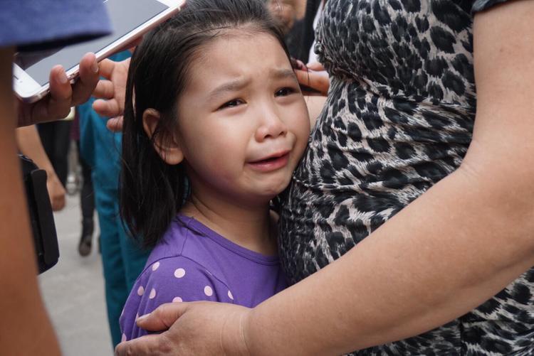 Thế nhưng khi anh trai vừa lên xe, bé Ánh khóc nức nở, không chịu nín.