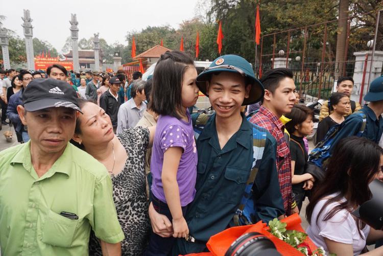 Tân Binh Nguyễn Đình Minh (19 tuổi), ôm chặt em gái là bé Nguyễn Hoàng Ánh (5 tuổi) cùng cha mẹ của mình chụp tấm ảnh lưu niệm.