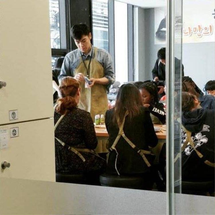T.O.P đanghoàn thành nhiệm vụ với tư cách nhân viên phục vụ công cộng.