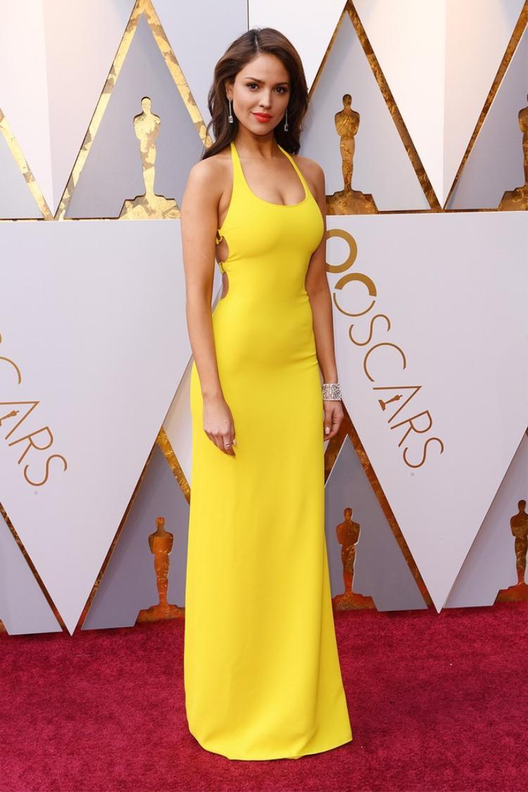 Nữ diễn viên Mexico Eiza Gonzalez khoe thân hình nóng bỏng trong bộ đầm ôm sát của Ralph Lauren. Thiết kế khá đơn giản nhưng nhờ tông màu nổi bật giúp nàng nổi bật trên thảm đỏ.