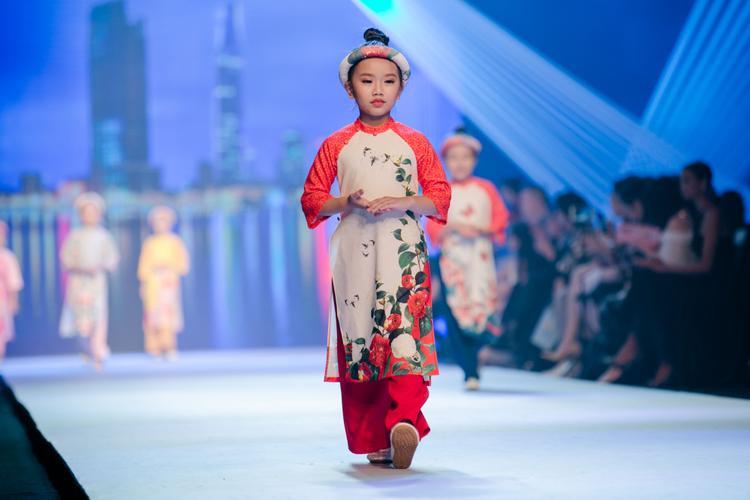 Trang phục kết hợp cùng phụ kiện mấn đội, tất cả tạo nên một vẻ ngoài hoàn hảo, đậm nét Á Đông.