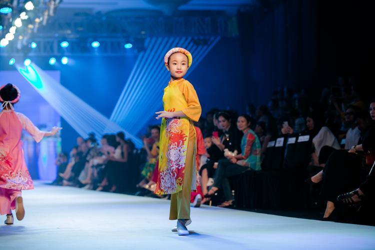 Những tà áo dài cách tân nhiều màu sắc được dàn mẫu nhí chưng diện khiến người hâm mộ thích thú.
