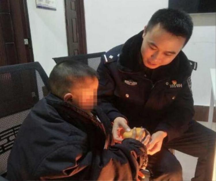 Hạo Hạo được cảnh sát đưa về đồn chăm sóc.