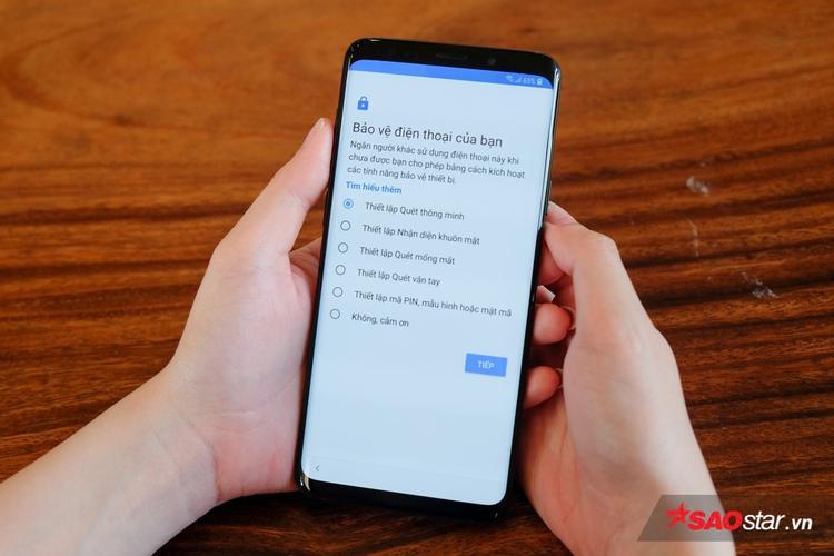 Galaxy S9/ S9+ được trang bị hệ thống bảo mật mới với tên gọi Quét thông minh. Theo đó, máy sẽ sử dụng cả quét mống mắt lẫn nhận diện khuôn mặt, nhằm xử lý theo từng tình huống để giúp đỡ phải gặp khó khăn khi mở khóa.