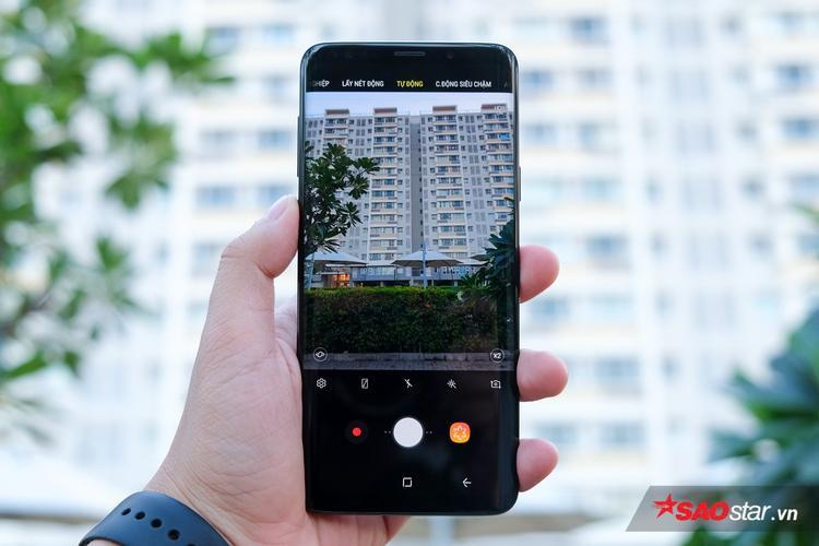 """Camera trên Galaxy S9+ có một sự cải tiến mạnh mẽ khi sở hữu đến 2 camera sau. Trong đó, 1 camera 12 MP góc rộng với khẩu độ có thể thay đổi từ f/1.5 sang f/2.4, và1 camera tele 12 MP giúp Galaxy S9+ chụp ảnh """"xoá phông"""" với chế độ chụp ảnh chân dung và zoom quang học 2x. Ngoài ra,S9/S9+ còn có khả năng quay video Super Slow-motion với 960 khung hình/giây ở độ phân giải HD rất ấn tượng."""