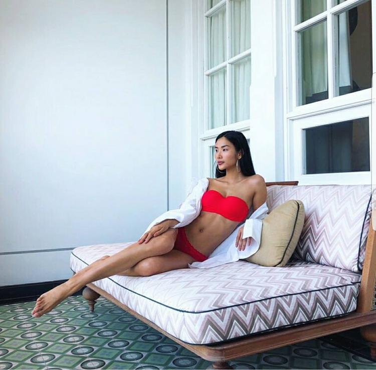 Sở hữu chiều cao lý tưởng, thân hình bốc lửa, nàng á hậu xứ Thanh không ngần ngại khoe dáng táo bạo trong bộ bikinihai mảnh nổi bật.