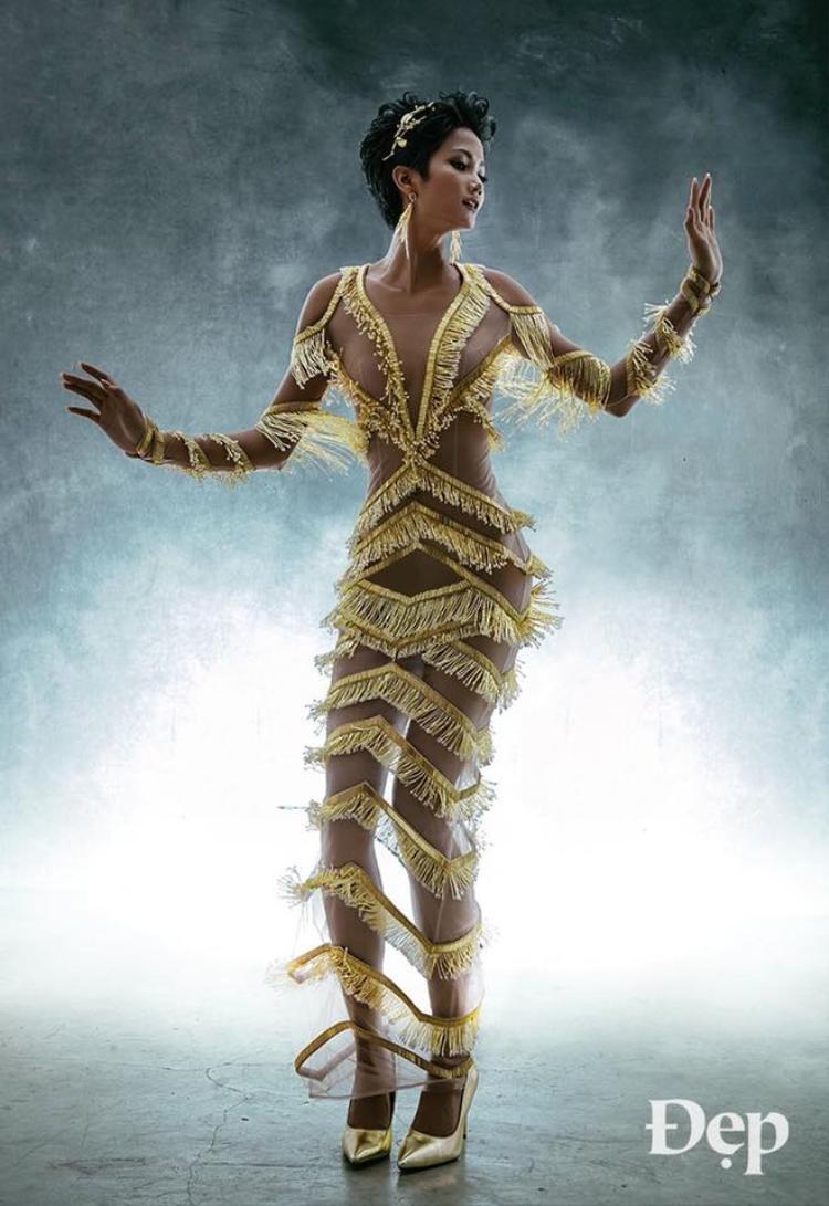 Trong khi đó, hoa hậu H'Hne Niê vô cùng gợi cảm trong bộ cánh mỏng như màn sương khi xuất hiện trên một tạp chí thời trang.