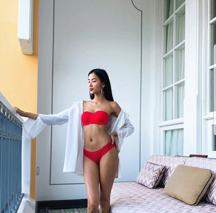Không thua kém Mâu Thủy, Á hậu 1 Hoàng Thùy cũng vừa tung ra những hình ảnh bikini khoe vóc dáng rắn rỏi, cùng vòng eo thắt phẳng lỳ đáng mơ ước.