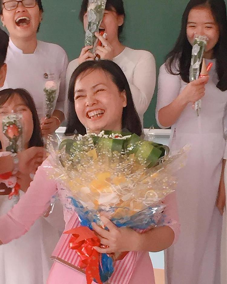 Ra mà xem nam sinh lớp người ta tặng quà 8/3 cho các bạn gái xôm như thế này đây!