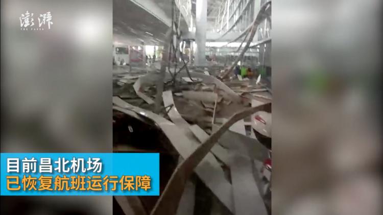 CLIP: Mái sân bay bất ngờ đổ sập trong mưa to gió giật, hành khách hoảng sợ