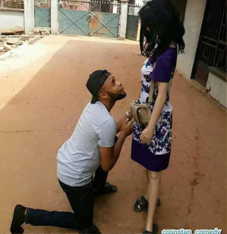 Thậm chí, anh còn đăng ảnh quỳ gối như cầu hôn như thế này.