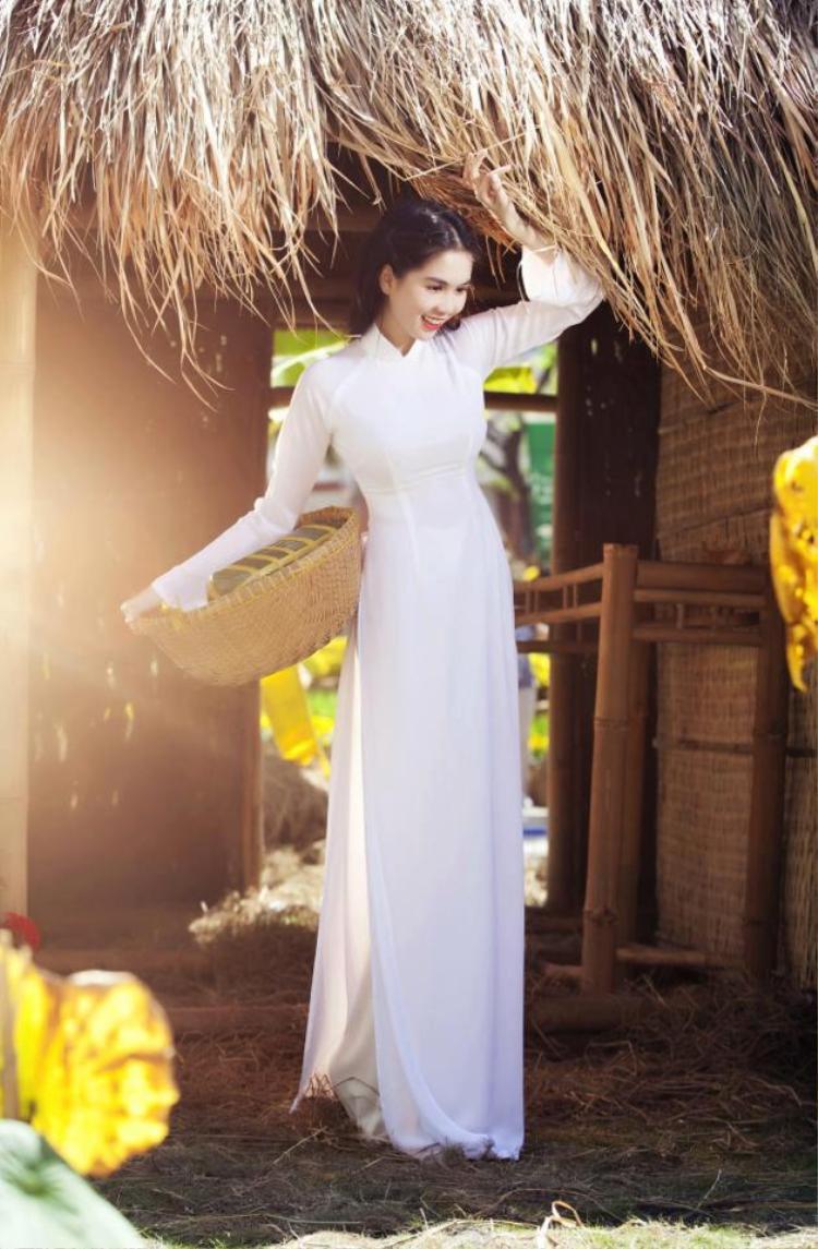 Ngoài những tà áo dài Tết cũng như những tà áo dài mang hơi hướng cổ xưa, áo dài trắng cũng được người mẫu chọn mặc khá nhiều lần.