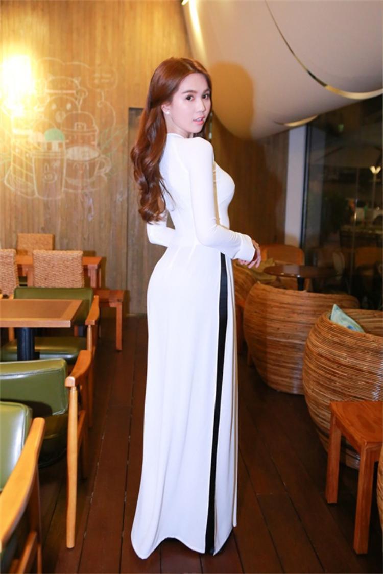 Tại một sự kiện khác, Trinh cũng chọn tà áo dài trắng cho mình.