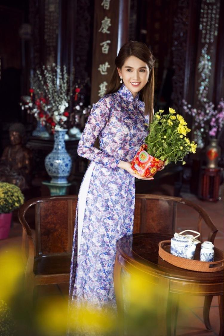 Chất liệu vải cũng dày dặn kín đáo chứ không phải những loại vải xuyên thấu phô phang da thịt mà người ta thường thấy khi cô mặc những chiếc đầm.