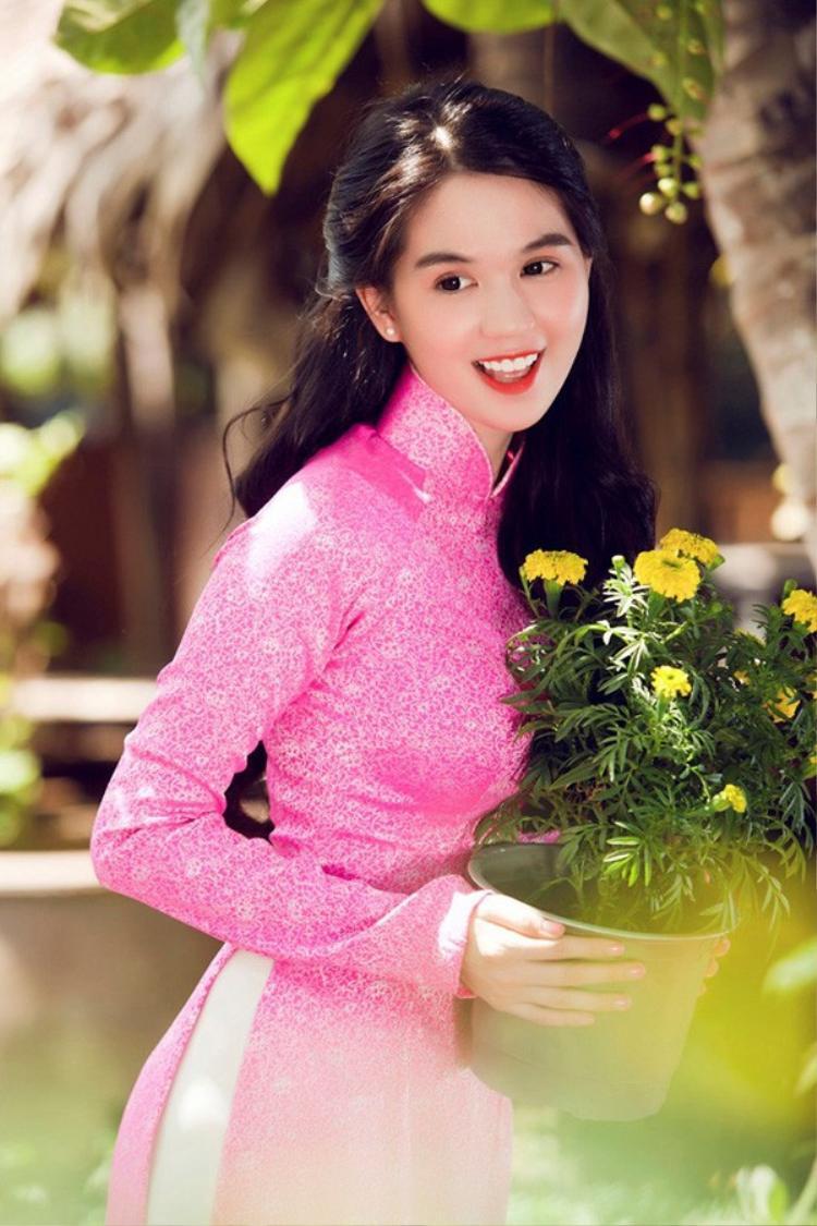 Mỗi mùa tết đến xuân sang hầu như người đẹp gốc Trà Vinh đều chọn cho mình ít nhất một tà áo dài để khoe sắc.