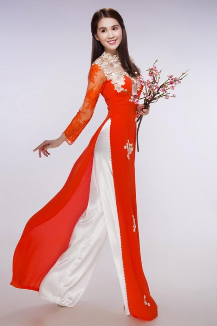 Điển hình cho việc kín đáo này là những lần Ngọc Trinh mặc áo dài. Dù đã có muôn vàn kiểu áo dài cách điệu nhưng Ngọc Trinh ưu ái hơn cả cho tà áo dài truyền thống.