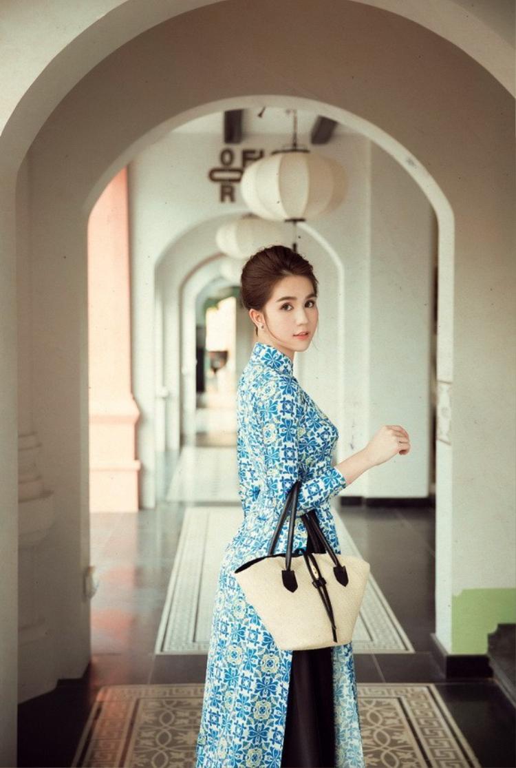 """Chiếc giỏ cói đơn giản nhưng lại vô cùng phù hợp để phối cùng áo dài """"Cô Ba Sài Gòn""""."""