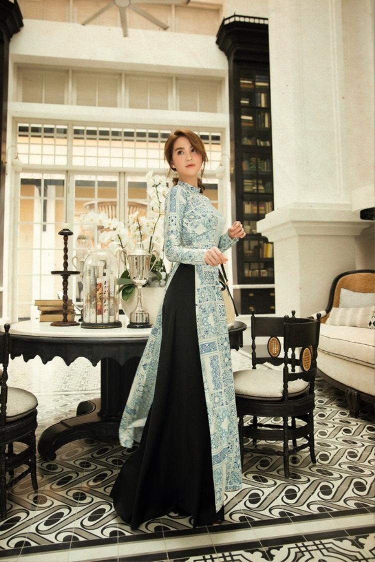 Vốn là một người mẫu chuyên nghiệp, Ngọc Trinh luôn biết cách tạo dáng thật tự nhiên khi diện áo dài.