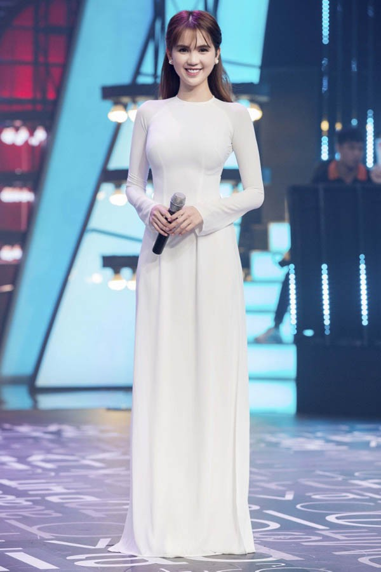 Đôi lần lên sóng truyền hình Ngọc Trinh cũng chọn chiếc áo dài để khoe sắc.