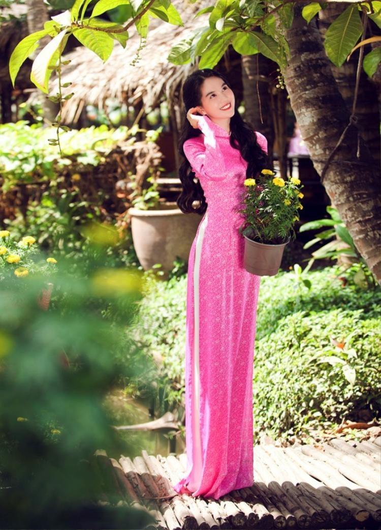 Chuộng sexy hở bạo là thế nhưng trong những lần mặc áo dài Ngọc Trinh luôn chọn cho mình dáng áo dài truyền thống nhất.