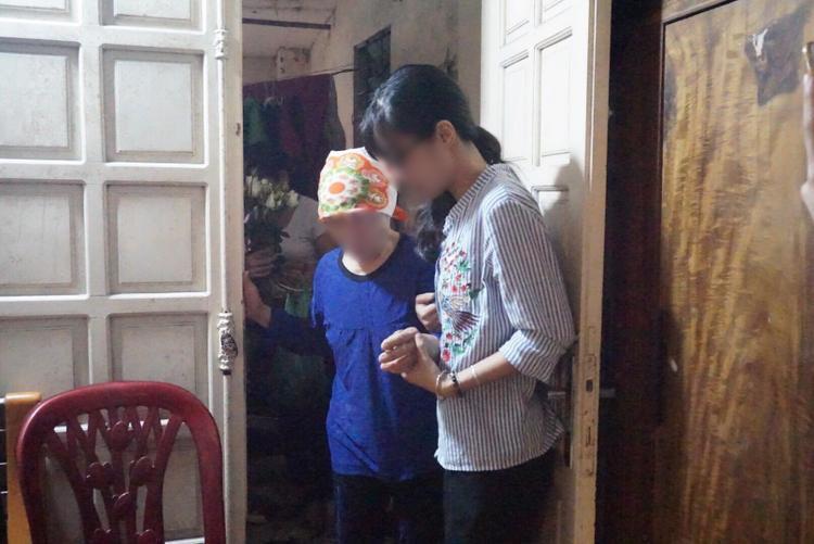 Cụ bà 73 tuổi nhận giác mạc của Hải An đến tận nhà cô bé thắp nén nhang và nói lời cảm ơn gia đình.