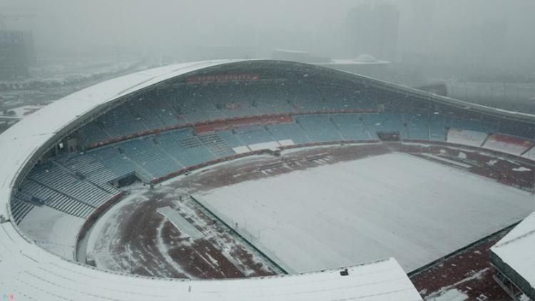 Tuyết phủ kín sân Thường Châu nhưng AFC vẫn cho đá trận chung kết.