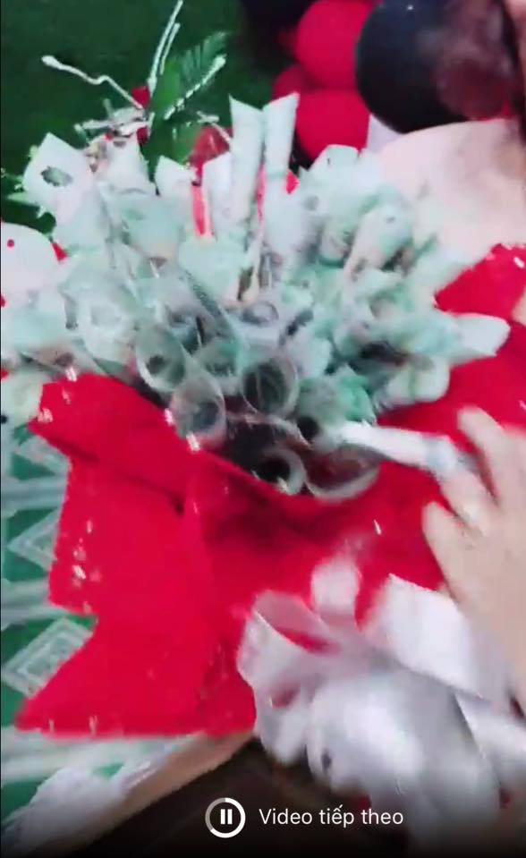 Cận cảnh bó hoa tiền mặt gây tranh cãi.