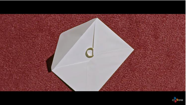 Hình ảnh chiếc nhẫn liên tục xuất hiện trong MV tựa như một kỉ vật cột chặt Wanna One và các fan với nhau.