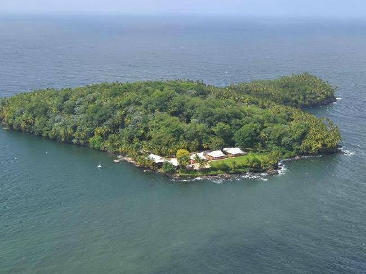 Ẩn giấu đằng sau vẻ thanh bình của hòn đảo đã bị lãng quên này là quá khứ đầy ám ảnh