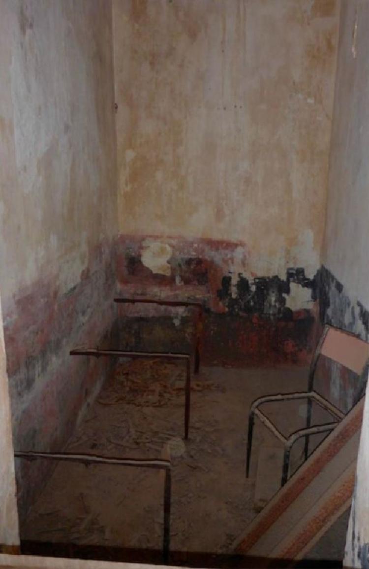 Phòng gian chật hẹp, bẩn thỉu với diện tích vỏn vẹn chỉ 3,6m2.