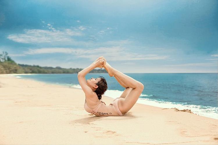 Để có được sức hút và thân hình chuẩn không cần chỉnh đó, người đẹp rất chăm chỉ tập thể thao. Đặc biệt, Phương Trinh Jolie là một trong những mỹ nhân giỏi yoga nhất showbiz Việt.