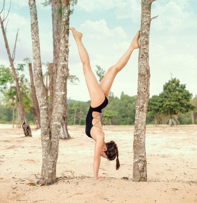 Thậm chí người đẹp mê yoga đến mức có thể thản nhiên thực hiện một động tác của bộ môn này ở bất kỳ đâu, dù là ngay trên đường phố TP.HCM.
