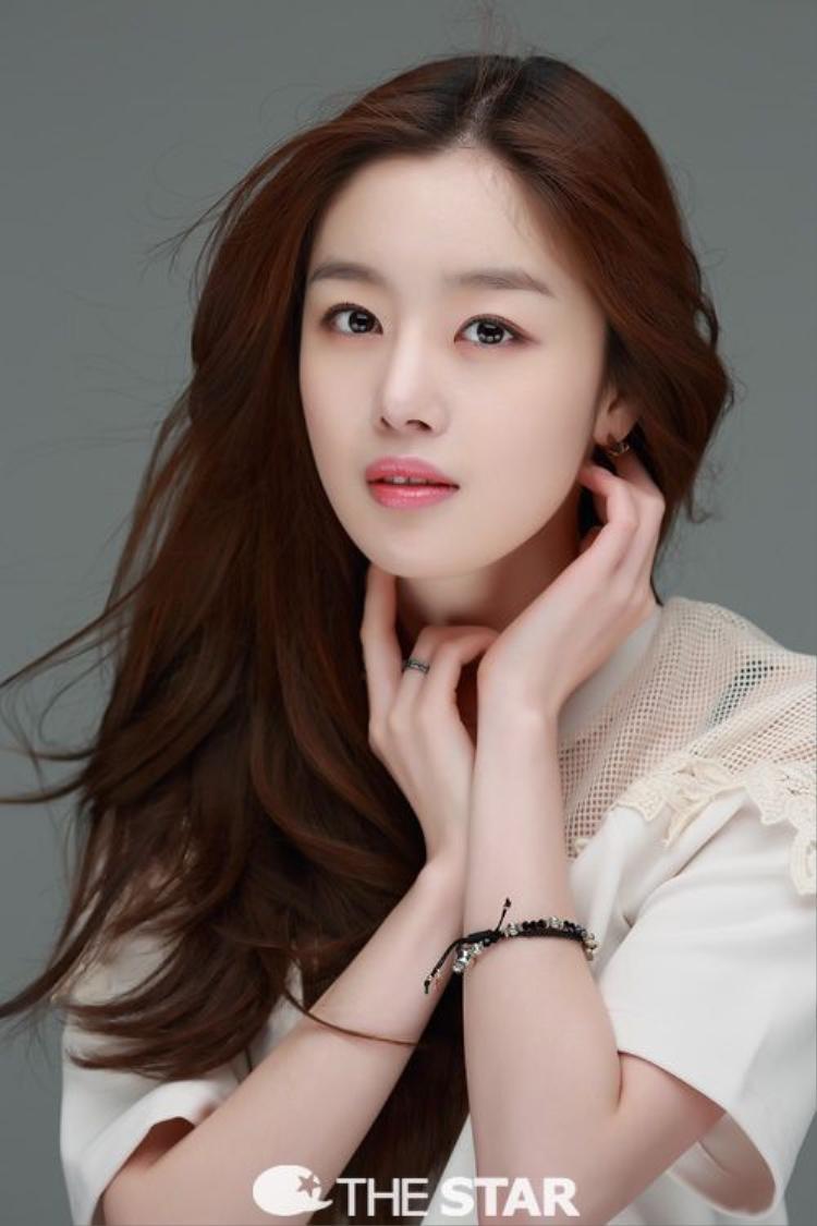 Trước Jieun và Hyosung, thành viên Sunhwa đã rời Secret vào năm 2016 để theo đuổi sự nghiệp diễn xuất. Lần ra đi của cô êm đẹp hơn hẳn vì không dính phải kiện cáo.