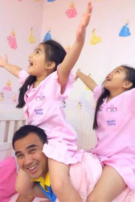 """""""Nhong nhong nhong, cha làm con ngựađể cho con lên cưỡi trên lưng.Nhong nhong nhong, cha làm con ngựađể cho con vui thỏa tiếng cười"""". Bố con Quyền Linh có khiến bạn nghĩ ngay đến bài hát đáng yêu này không?"""