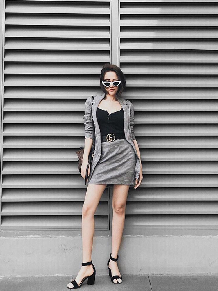 Bảo Anh từ khi làm bạn với tóc ngắn thì phong cách thời trang cũng cá tính hơn hẳn. Diện chân váy và blazer màu ghi đơn giản, Bảo Anh tạo điểm nhấn bằng chiếc áo hai dây để lộ vòng 1 cực sexy.